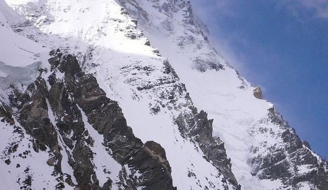 Über den rechten Grat führt die Abruzzen-Route, über den zweiten Pfeiler von rechts die Cesen-Route. Lager II ist genauf auf der Kante oberhalb der Sonnen-Schatten-Grenze auf einem kleinen Absatz © R.Dujmovits