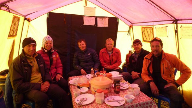 Ralf, Gerlinde, David, Franz, Serge und Andreas im Basecamp (vlnr)