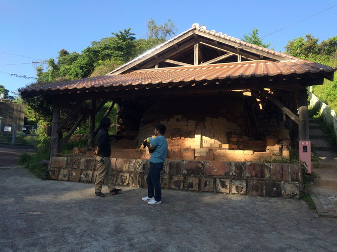 焼きものの里へ。椿窯の職人さんに、登り窯について詳しく教えて頂きました。登り窯が圧巻です‼︎温泉津ならではの窯ですね。