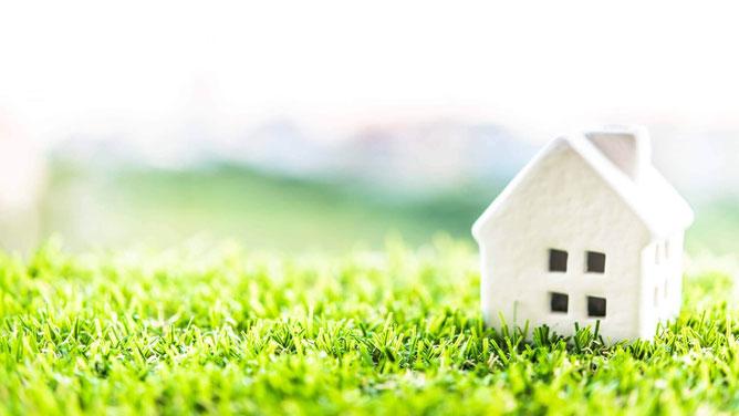 白い家と芝生の写真