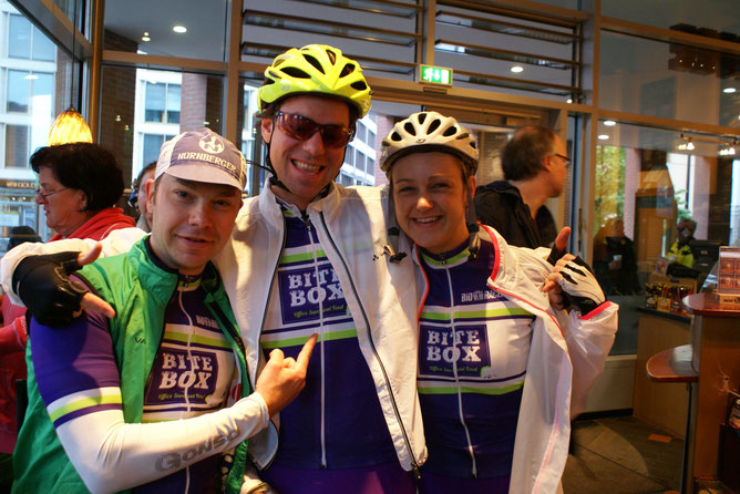 L'equipe BiteBox hier allerdings vor dem letztjährigen Start des Garmin Velothons Berlin. Fotografiert vom vierten Teammitglied bei der RTF Schlei.