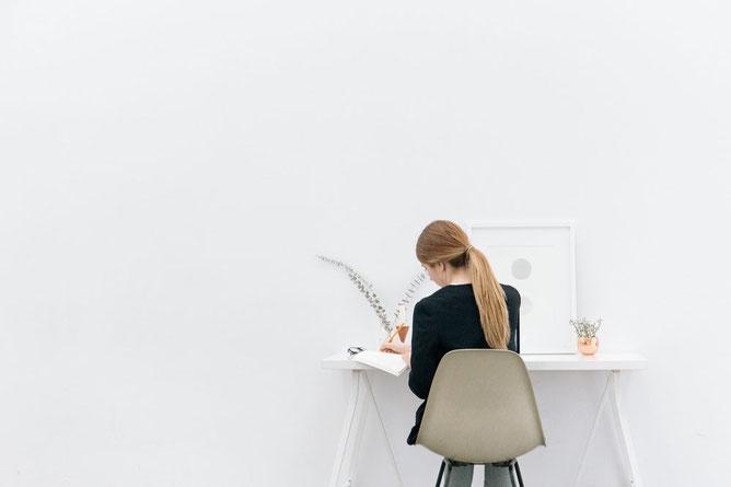 Eine Frau hinter einem Schreibtisch Online Marketing Agenturen Guido Media