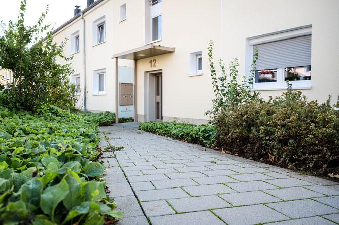 Haus mit einem Gehweg und Planzen an den Seiten