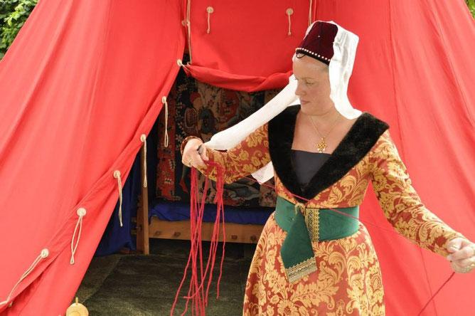 Tente médiévale (www.moyenartinternational.com), robe de noble dame du XVème siècle avec large ceinture et hennin court