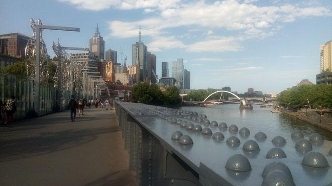 Magnifique pont commémorant l'arrivée des migrants étrangers (à l'époque en train) et des peuples autochtones