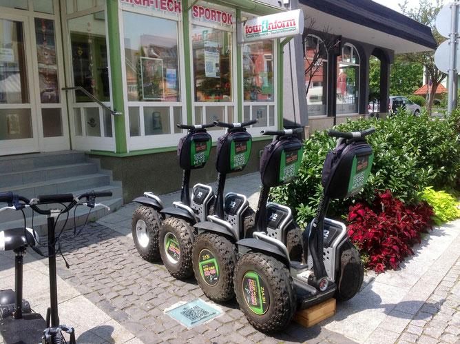 При желании можно и на таких двухколесных симпатягах (e-bike) покататься. Они припаркованы рядом с офисом Туринформ. На два часа - 3 тыс. форинтов, на день - 5 тысяч.