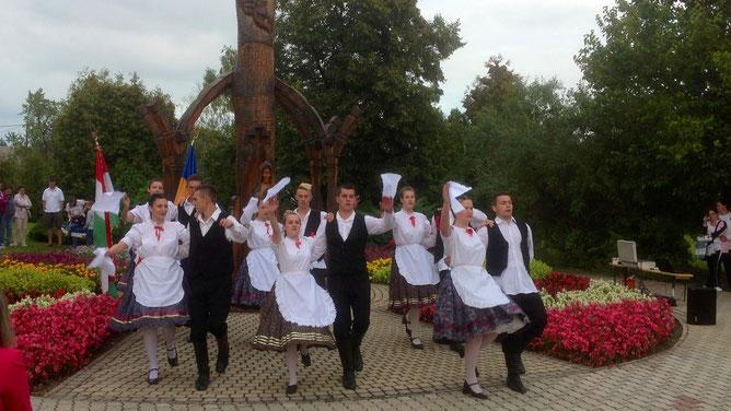Танец с белыми платочками
