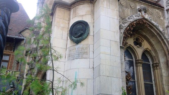 Памятная надпись в честь автора проекта замка