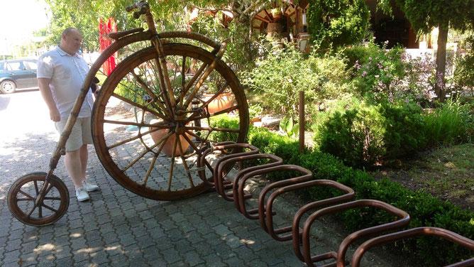 Оригинальная велопарковка. Ну как не сделать фото?