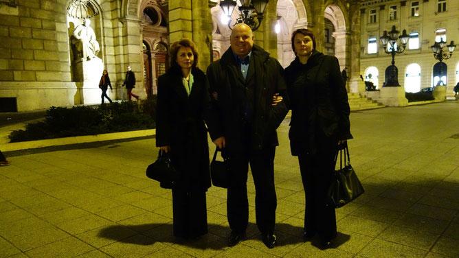 У центрального входа в Оперу