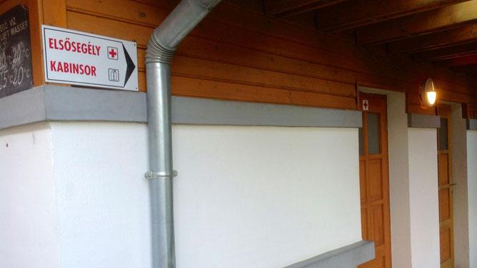 Рядом с кассой слева есть кабинет оказания первой помощи  (elsősegély).