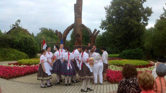 Настоящие венгерки в пышных цветных юбках и белых блузах. Яркие пятна красных ленточек и бантиков придают колоритные штрихи к образу.