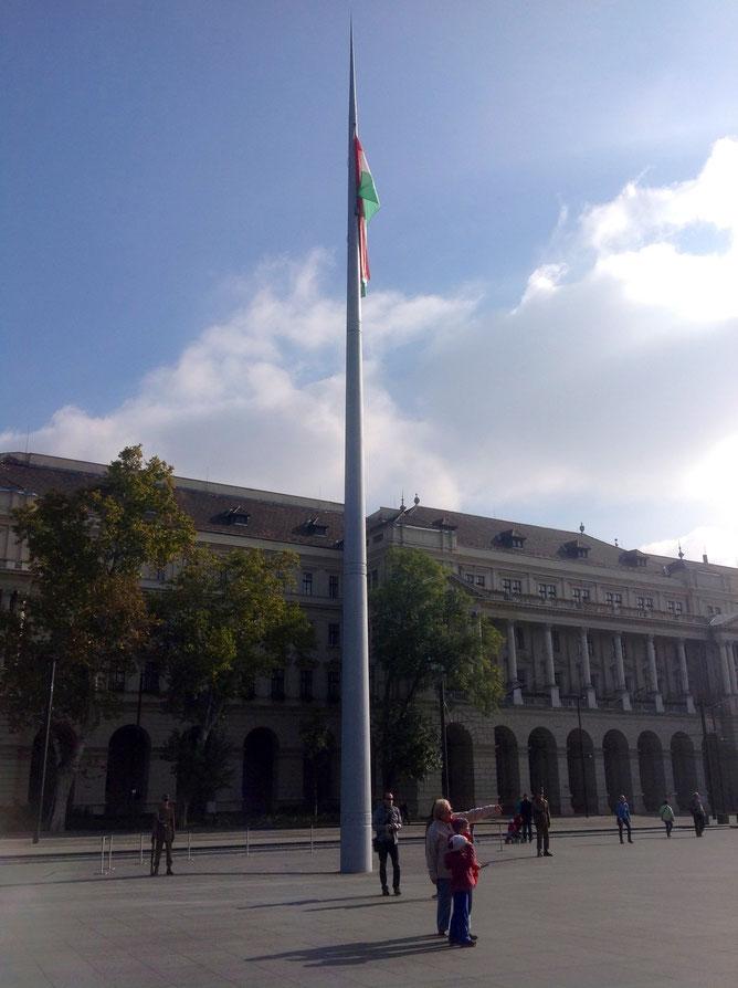 Национальный флаг у здания Парламента