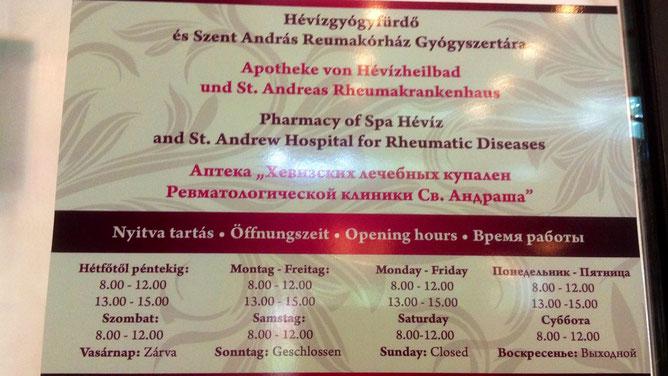 От сувениров до аптеки расстояние не самое близкое. Аптечная вывеска находится в здании ревматологической клиники Святого Андраша в городе Хевиз.