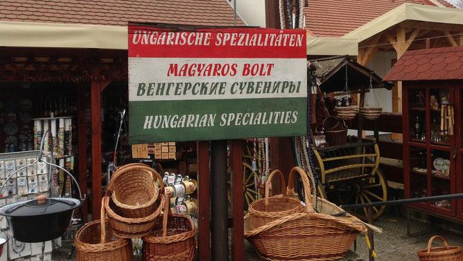 Это симпатичная реклама венгерских сувениров мне нравится. Тихань. Венгерский триколор.