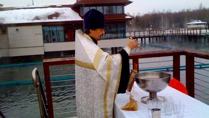 Протоиерей Николай Ким проводит чин освящения воды на озере Хевиз
