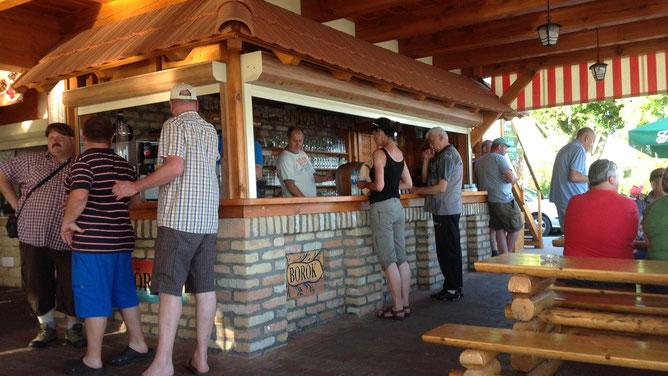 В этом баре можно купить разливное пиво и вино