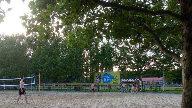 И любители пляжного волейбола скучать не будут.