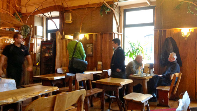 Пока мы обедали в этой будапештской кафешке, никто из посетителей не достал сигареты и не закурил.
