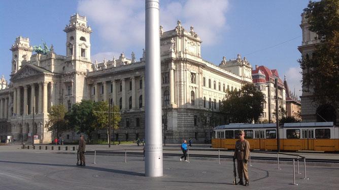 Почетный караул рядом с Парламентом