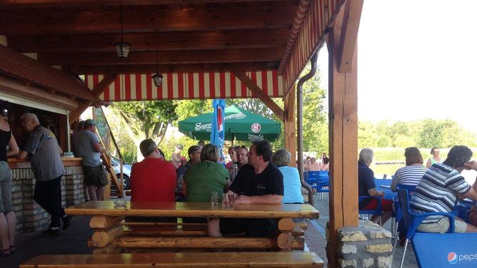 Пообщаться в приятной компании можно сидя на лавках, за длинными деревянными столами. И Балатон рядом, рукой подать