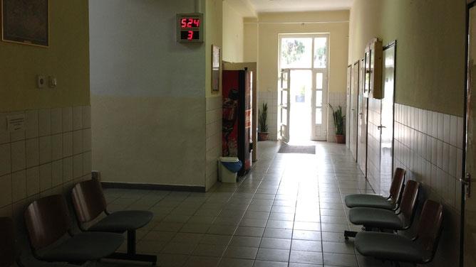 В помещении иммиграционной службы г. Дьер. Зал-коридор ожидания  приема