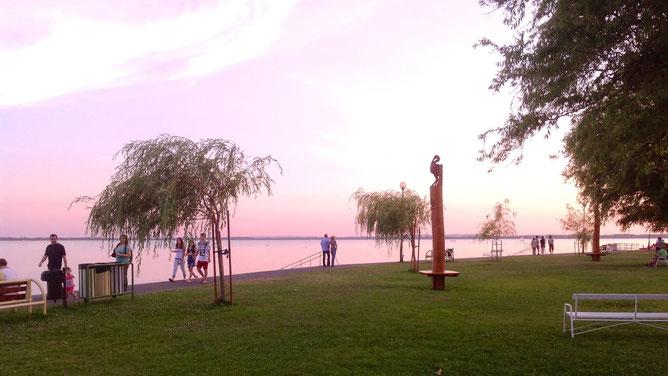 Розовый закат на набережной.