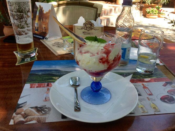 В жару лучшее средство охладиться это попробовать вкусное клубнично-ванильное мороженое.