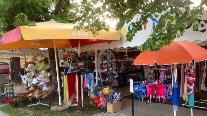 Все необходимое для пляжного отдыха можно найти в маленьких магазинчиках.