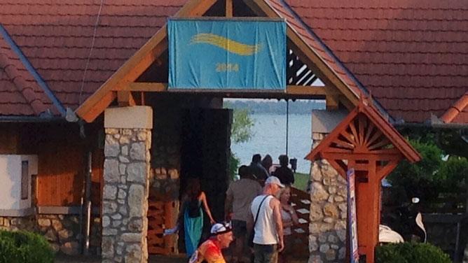 Голубой флаг 2014 года при входе на пляж Лидо.