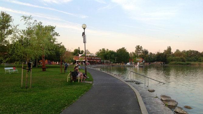 Прогулки вдоль озера истинное наслаждение, особенно по вечерам, когда дует свежий ветерок  и уже не так жарко