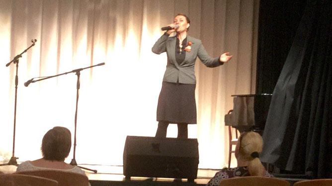 На сцене профессиональная сольная певица Ксения Захарова-Воловик