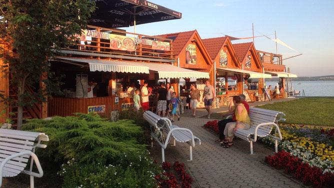 Слева от центрального входа расположена зона кафе и ресторанов и игровая зона под крышей.