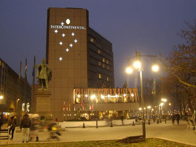 Памятник  Йожефу Этвешу и отель Интерконтиненталь
