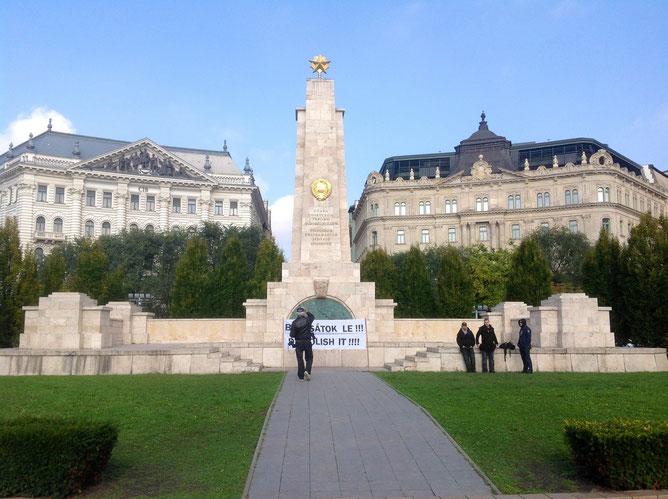 Мемориал советским воинам на площади Свободы