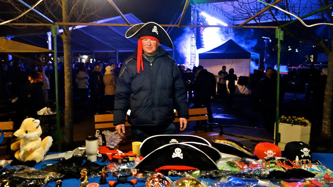 Венгерский пират, он же продавец новогодней атрибутики и сувениров.