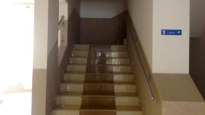 Входим в здание и поднимаемся на второй этаж