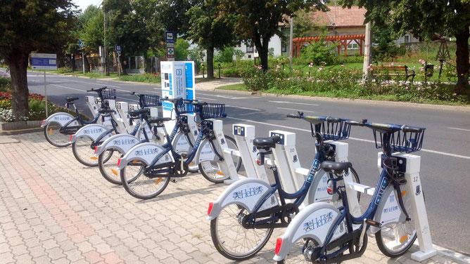 Стоянка велосипедов рядом с городской ратушей. Велосипеды и механизмы докирования