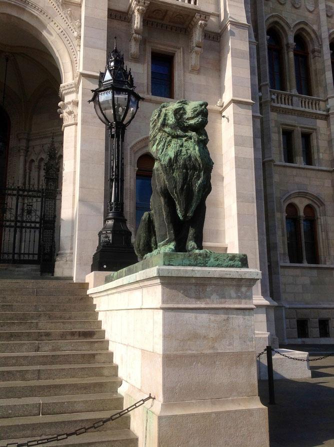 львы у входа в парламент