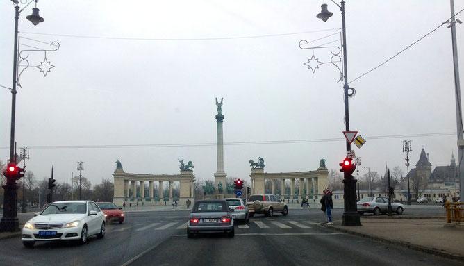 Въезд с проспекта Андраши на площадь Героев - Hősök tere.
