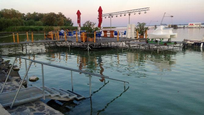 Симпатичная площадка-сцена на воде. Вечером здесь проходят концерты и дискотеки.