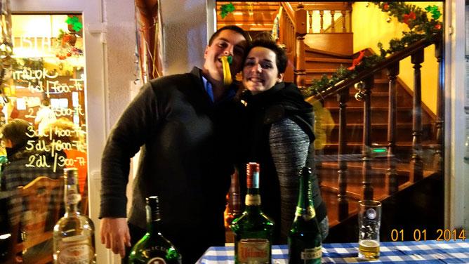 Позитивная молодая пара, у которой можно было купить шампанское и более крепкий алкоголь в новогоднюю ночь. Целовались и обнимались всю ночь :)