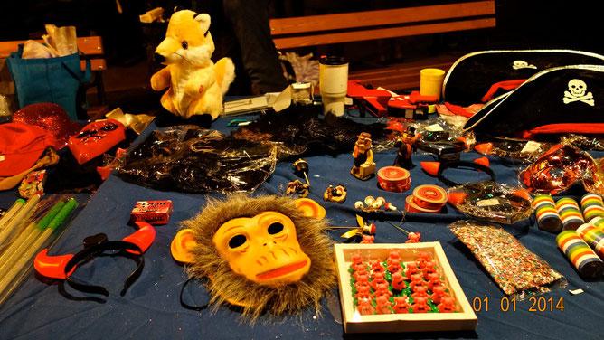 Что купить, светящиеся рожки или маску обезьянки? Или хлопушкой всех напугать?