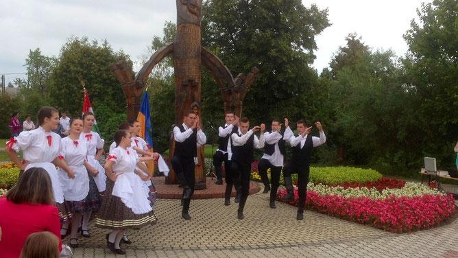И опять  венгерские парни отбивают ритм