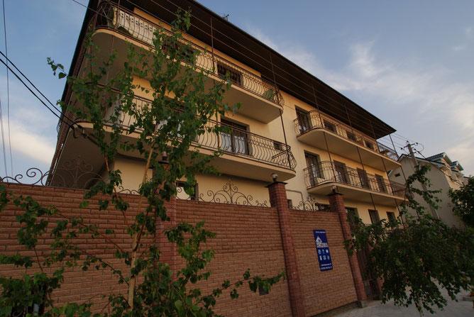 Современное 3-х этажное здание, находится в курортном поселке Витязево, около г.Анапа,в непосредственной близости от Черного моря