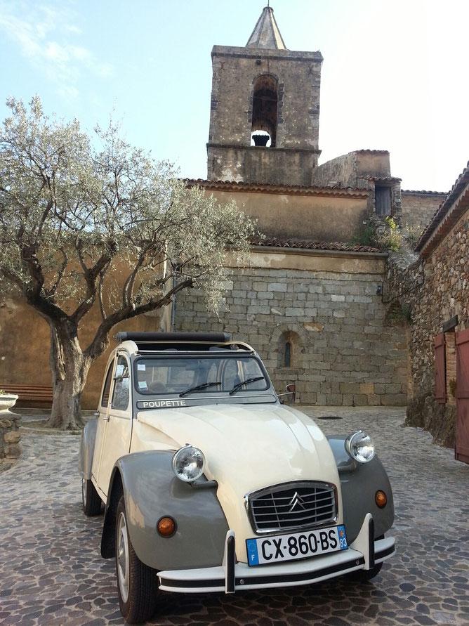 Chicissime dans sa robe beige et taupe, POUPETTE sera parfaite pour partir à la découverte des créateurs et des petits artisans de la région.