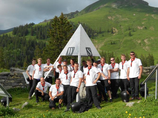 Gruppenfoto Trychlergruppe Meggen beim Mittelpunkt der Schweiz