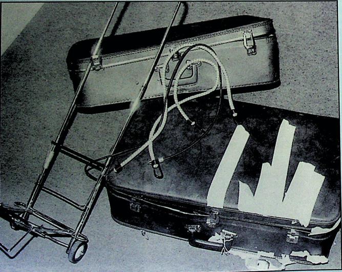 佐川がルネの切断死体を運ぶのに使用した、ラゲージカートと2個のスーツケース。フランスのパリ市警察本部で公開された写真である。