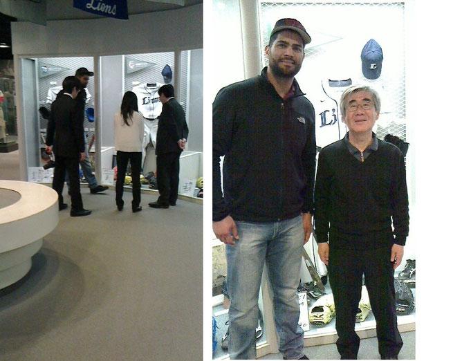 館内で展示物の説明を聞く本塁打王メヒア選手と身長差40センチの老人