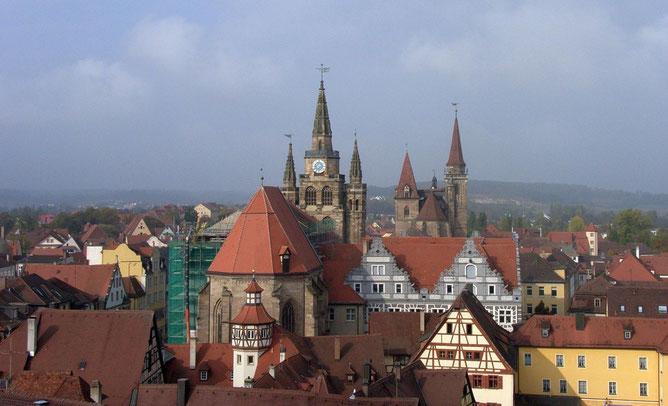 Gumbertus-und Johanniskirche im Hintergrund